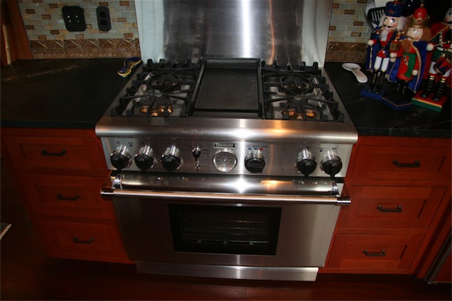 Four gas burners with extra-lo settings, electric oven, and electric griddle. I would buy this again in a second.